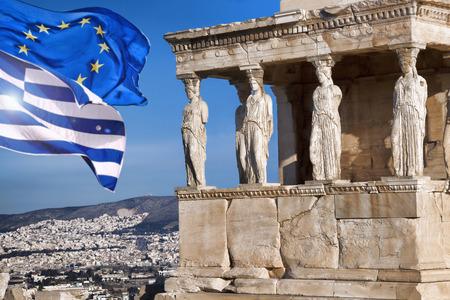 templo griego: Acrópolis con la bandera de Grecia y la bandera de la Unión Europea en Atenas, Grecia
