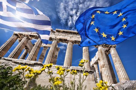 ancient greece: Acr�polis con la bandera de Grecia y la bandera de la Uni�n Europea en Atenas, Grecia