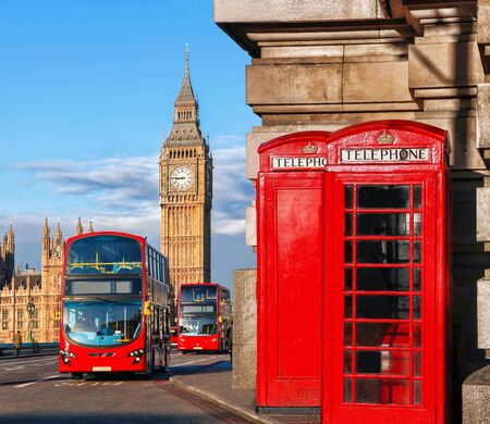 London-Symbole mit Big Ben, Doppeldeckerbus und roten Telefonzellen in England, UK