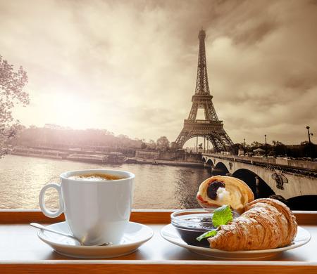 프랑스 파리의 에펠 탑 (Eiffel Tower)에 대한 크로 커피