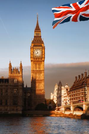 bandiera inghilterra: Big Ben con la bandiera dell'Inghilterra a Londra, Regno Unito Archivio Fotografico