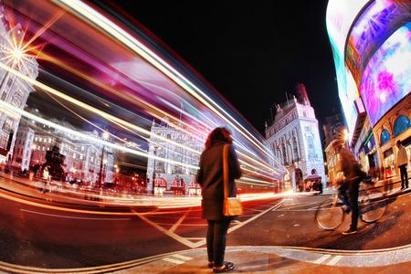 fondo de circo: Ocupado Piccadilly Circus en Londres por la noche, Inglaterra, Reino Unido