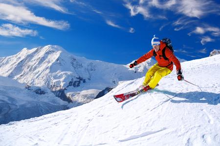 Lyžař lyžování sjezdové ve vysokých horách, Matterhorn area, Švýcarsko