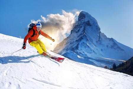 スイスのマッターホルン ピークに対してダウンヒル スキー スキーヤー