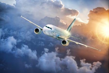 Vliegtuig in de lucht bij een prachtige kleurrijke zonsondergang