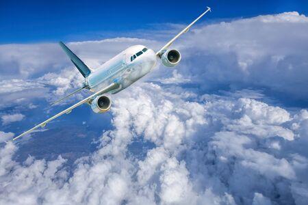 Vliegtuig in de hemel tegen bewolkt