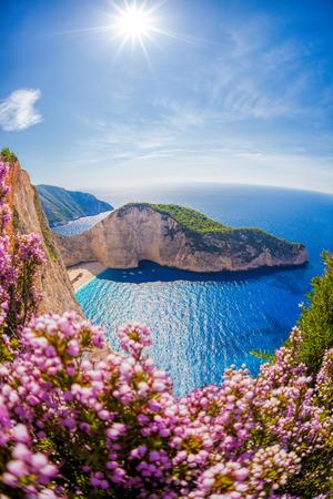 난파선과 일몰에 대 한 꽃, 자킨 토스 섬, 그리스와 Navagio 해변