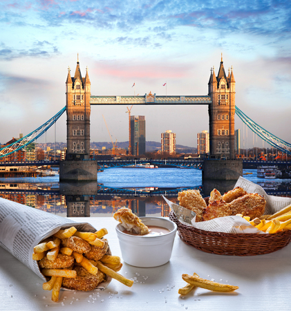 comida rapida: Fish and Chips contra Tower Bridge en Londres, Inglaterra