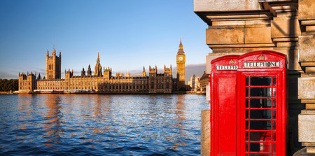 London symbols with Big Ben and Red Phone Booths in England, UK Foto de archivo