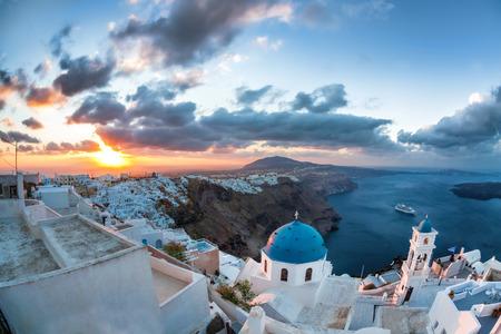 iglesia: Salida del sol contra la iglesia en la isla de Santorini en Grecia
