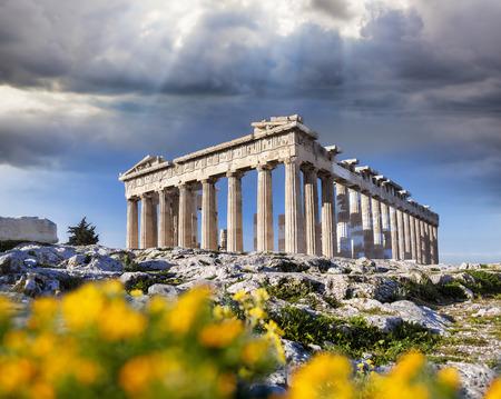 antigua grecia: Templo del Partenón con flores de primavera en la Acrópolis en Atenas, Grecia