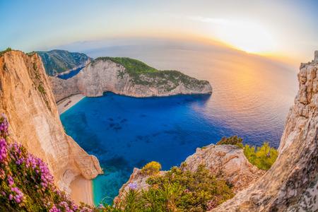 그리스 자킨 토스 섬에 일몰에 대 한 난파선 Navagio 해변