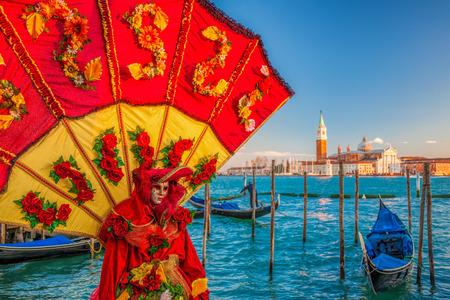Karnevalsmaske gegen Gondeln in Venedig, Italien