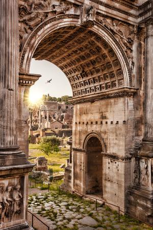 Forum romain avec Arche contre le coucher du soleil à Rome, Italie