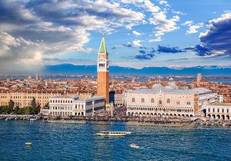 베니스, 이탈리아에서 이탈리아 알프스에 대 한 벨 타워와 총독 궁전 피아 자 산 마르코 스톡 콘텐츠