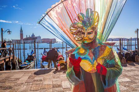 Erstaunlich Karneval Maske gegen Gondeln in Venedig, Italien
