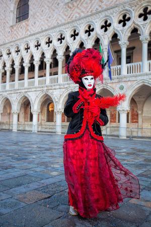 Maschera di Carnevale contro il Palazzo Ducale a Venezia, Italia Archivio Fotografico - 54310903