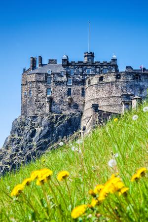 castillos: Castillo de Edimburgo con el prado de primavera en Escocia