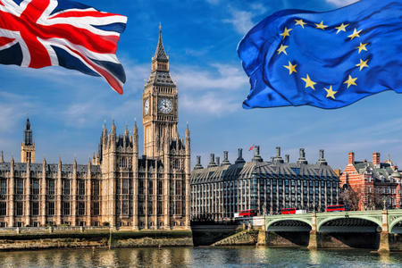 Europese Unie en de Britse vlag van de Unie vliegen tegen de Big Ben in Londen, Engeland, Groot-Brittannië, blijven of vertrekken, Brexit
