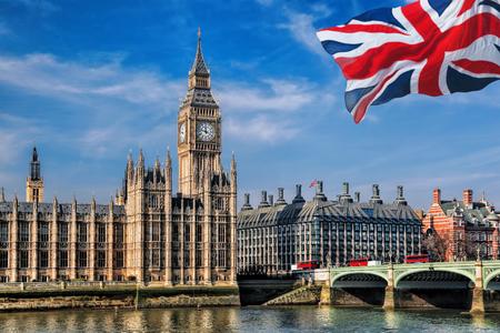 Big Ben con la bandera de Reino Unido en Londres, Reino Unido