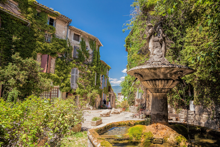 apt: Village of Saignon with old car against church in the Luberon, Provence, France Stock Photo