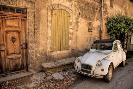 經典的法國車在法國普羅旺斯的一條街上 版權商用圖片