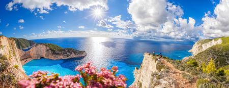 Playa de Navagio con el naufragio y flores en la isla de Zakynthos en Grecia Foto de archivo - 64858601