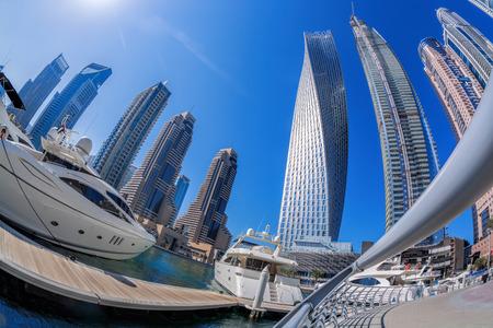 Dubai Marina con barcos contra rascacielos en Dubai, Emiratos Árabes Unidos