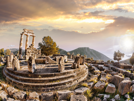 delfi: Delphi with ruins of the Temple against sunset in Greece
