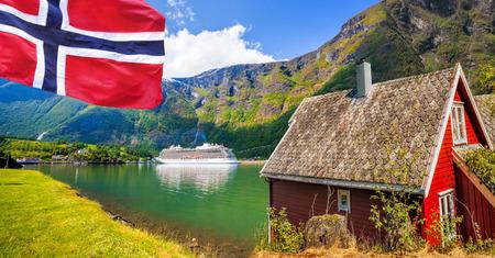 barca da pesca: Cottage rosso contro la nave da crociera nel fiordo, Flam, Norvegia
