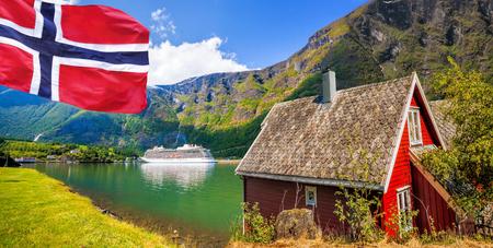Red cottage tegen cruiseschip in fjord, Flam, Noorwegen