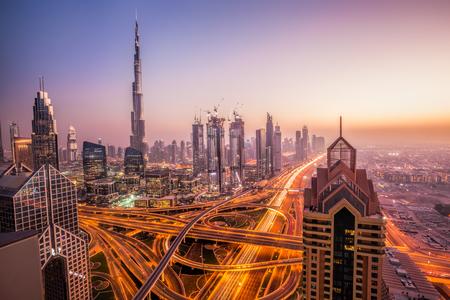 現代の近未来的な建築とドバイの夜の街並み、アラブ首長国連邦