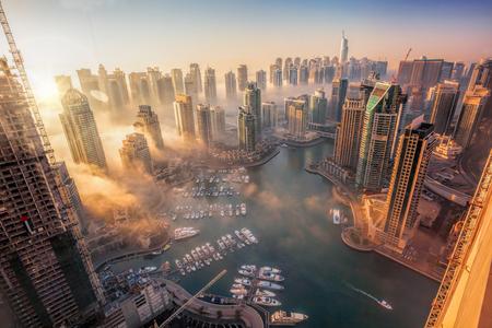 ドバイ、アラブ首長国連邦のカラフルな夕日とドバイマリーナ