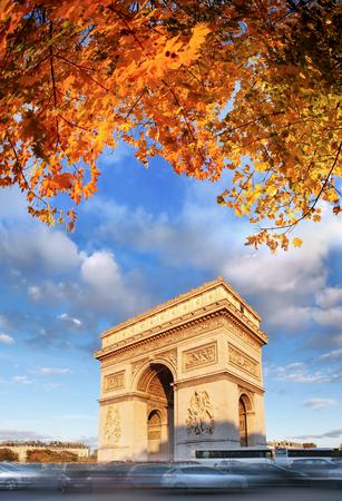 秋、パリ、フランスで有名なアルク ドゥ トリオンフ