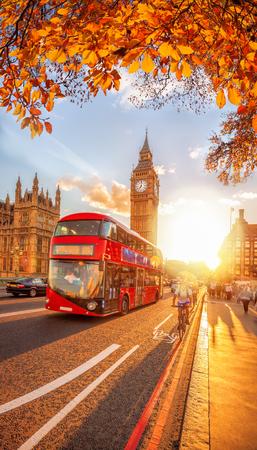Bussen met herfstbladeren tegen Big Ben in Londen, Engeland, Groot-Brittannië