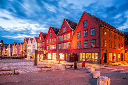 노르웨이 밤에 오래 된 집들이있는 베르겐 거리 스톡 콘텐츠 - 94455786