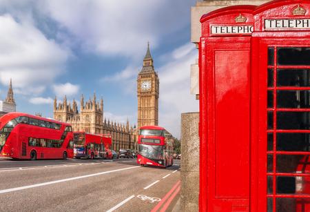 Londoner Symbole mit DOUBLE DECKER BUS und roten Telefonzellen in England, UK Standard-Bild