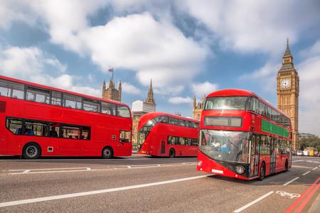 Big Ben mit roten Bussen in London, England, UK Editorial