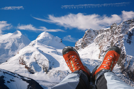 Alpes suizos con botas de montaña en la zona de Zermatt, Suiza Foto de archivo