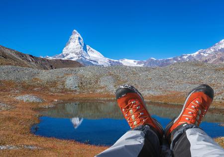 Pico Matterhorn con botas de montaña en los Alpes suizos. Foto de archivo