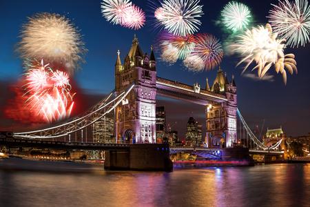 Tower Bridge z fajerwerkami w Londynie, Anglia (obchody Nowego Roku)