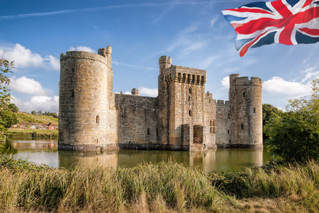 Historic Bodiam Castle with flag of England in East Sussex, United Kingdom Reklamní fotografie - 128467335