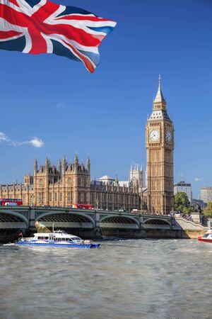 El Big Ben y las Casas del Parlamento con barco en Londres, Inglaterra, Reino Unido.