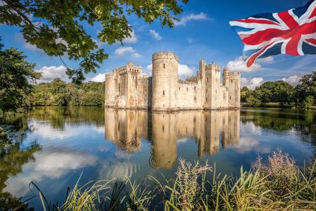Historic Bodiam Castle with flag of England in East Sussex, United Kingdom Reklamní fotografie - 129582660