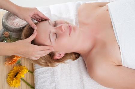 Niña con un masaje en el centro de bienestar  Foto de archivo