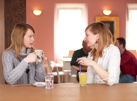 Mädchen Chat - zwei Mädchen reden und Kaffee zu trinken