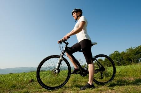 Junges Mädchen mit dem Fahrrad auf einem Feld Pfad - offroad