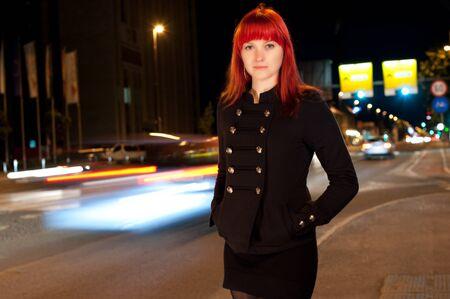 Joven chica sexy en la calle por la noche