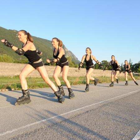 Leuk meisje rolschaatsen in Skatepark Stockfoto