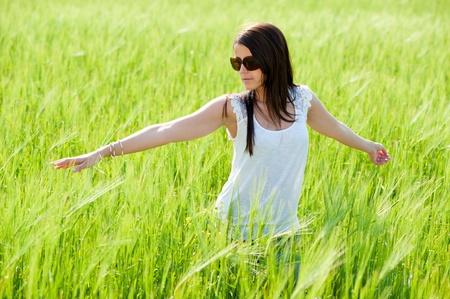 Mujer joven en campo de trigo Foto de archivo - 9783967